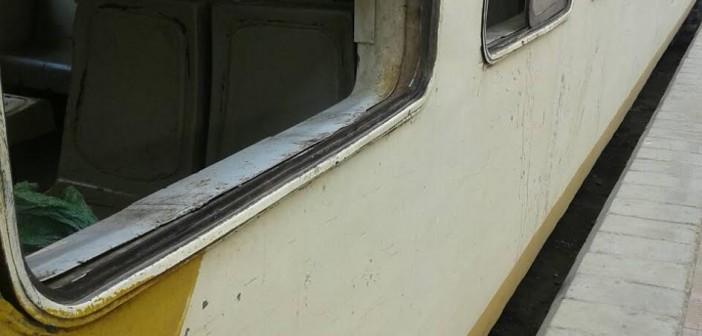 قطار عين شمس – السويس.. بلا مواعيد لا أبواب ولا شبابيك (صورة)