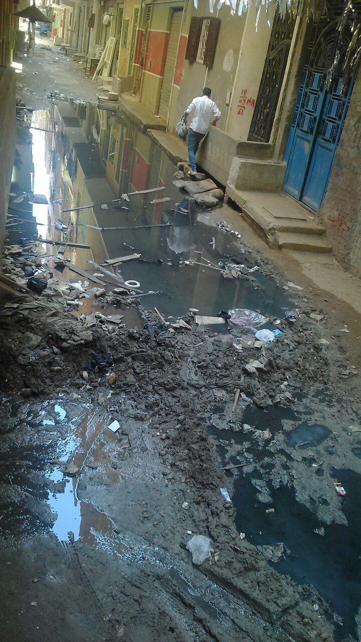 طفح الصرف في أحد شوارع بشتيل.. ومواطن: مسؤولون قالوا «الحل بيد الله»