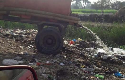أهالي «أبا البلد» يشكون إلقاء مخلفات الصرف في ترعة القرية..(صور)