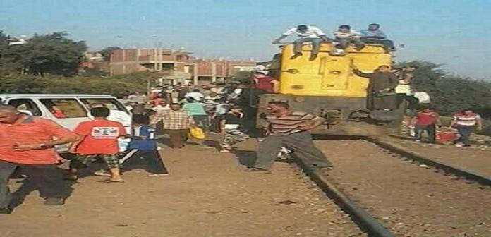 طائر عَ القضبان.. معاناة يومية لركاب قطار منوف (صور)