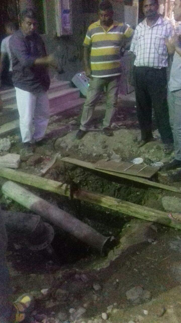 خط صرف صحي فوق الأرض يغلق شارع في بشتيل