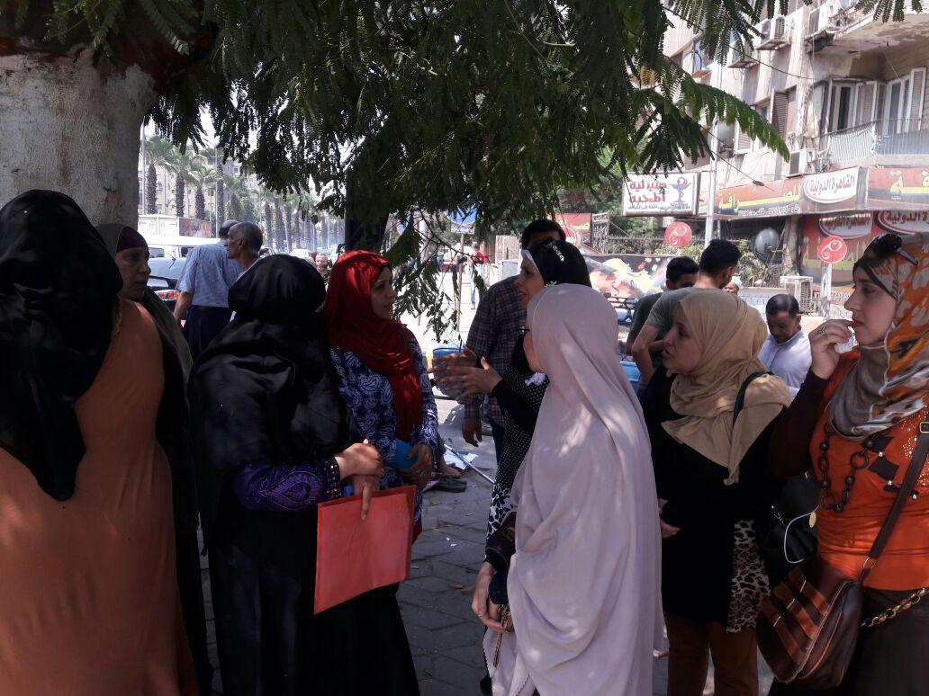 بالصور.. وقفة احتجاجية لأولياء أمور أمام ديوان «الجيزة» ضد تنسيق «التجريبية»