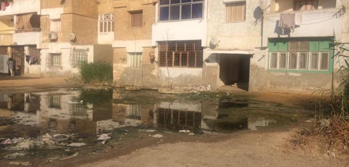 مياه الصرف تحاصر عقارًا في حي فيصل بالسويس.. ومواطن: الأزمة مُستمرة منذ عام