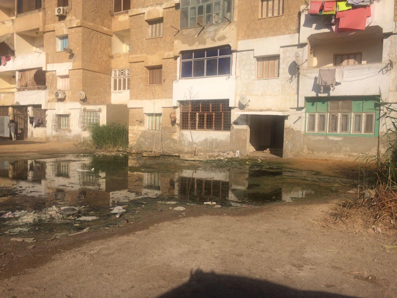 مياه الصرف تحاصر عقارًا في حي فيصل بالسويس.. ومواطن: الأزمة منذ عام