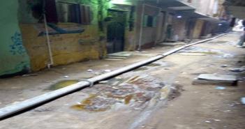 خط صرف صحي فوق الأرض يغلق شارع بالجيزة: ارحمونا بقى