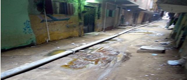 بالصور.. خط صرف صحي فوق الأرض يغلق شارع بالجيزة: «ارحمونا بقى»