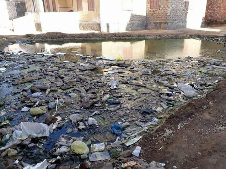 طفح الصرف في «معصرة أبوصير» ببني سويف.. والمشروع لم يكتمل منذ 12 عامًا