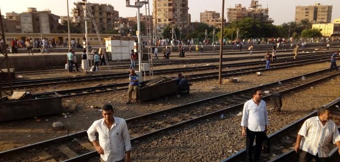 غضب عَ القضبان.. قرار «النقل» بخفض سرعة القطارات يثير استياء الركاب (صور)