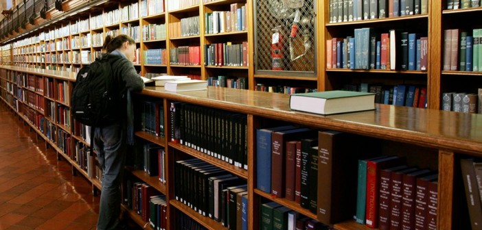 «احنا في أجازة».. موظفة تمنع طالبة من دخول مكتبة «آداب عين شمس»