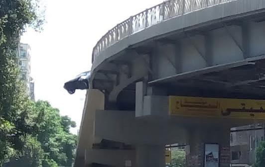 انحراف سيارة عن مسارها أعلى كوبري أرض اللواء ..(صور)
