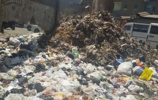 قمامة في شوارع إمبابة.. والأهالي: فين الحي؟! (صور)