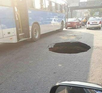 صورة | حفرة عميقة بطريق جسر السويس.. ولا علامات تحذيرية: في انتظار كارثة
