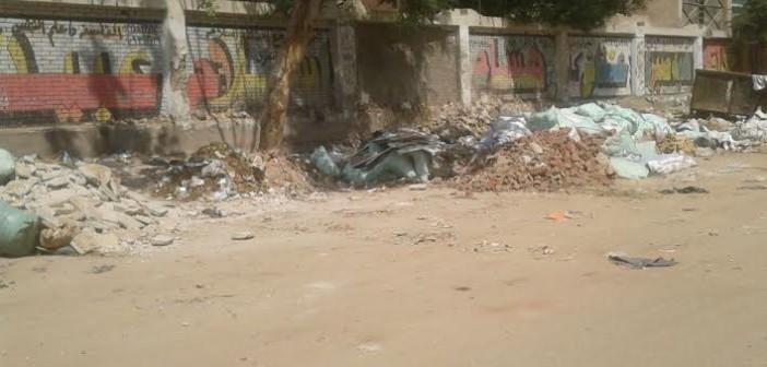 بالصور.. القمامة تحاصر معهد المطرية بـ«عين شمس»