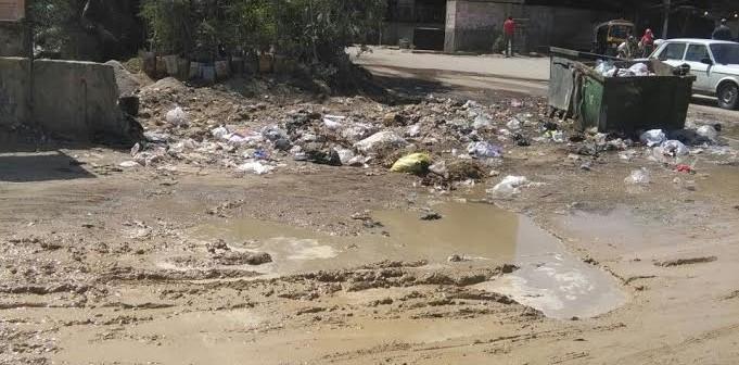 سكان «عزبة كامل صدقي» يشكون سوء مستوى الطرق وانتشار القمامة بالشوارع..(صور)