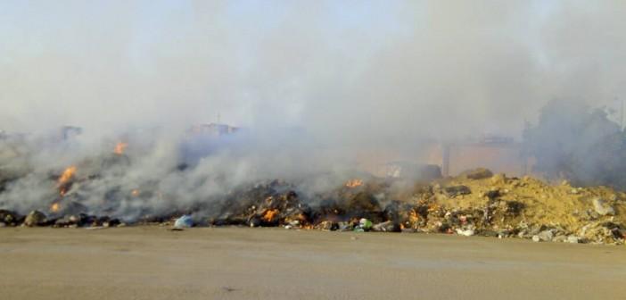 بالصور.. دخان حرائق القمامة يغطي عزبة الهجانة.. ومواطن: كارثة بيئية