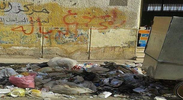 تراكم القمامة أمام مدرسة في أسوان (صور)