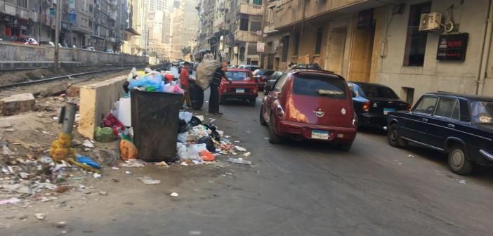 بالصور.. شوارع الإسكندرية تعاني من انتشار القمامة.. والأهالي: المحافظ فين