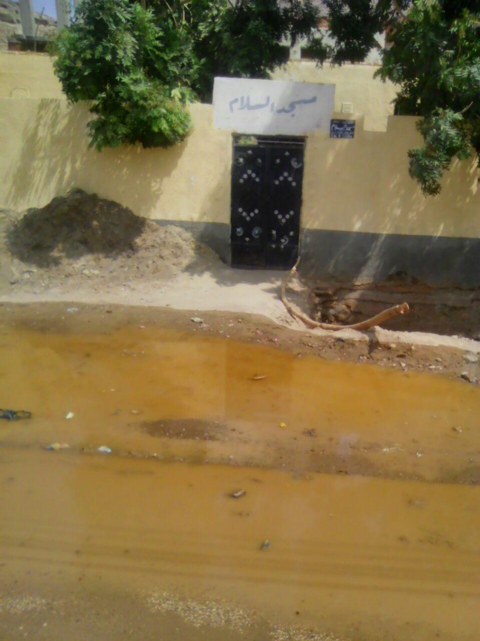 مياه الصرف تحاصر مسجدًا في «النجع الجديد» بأسوان