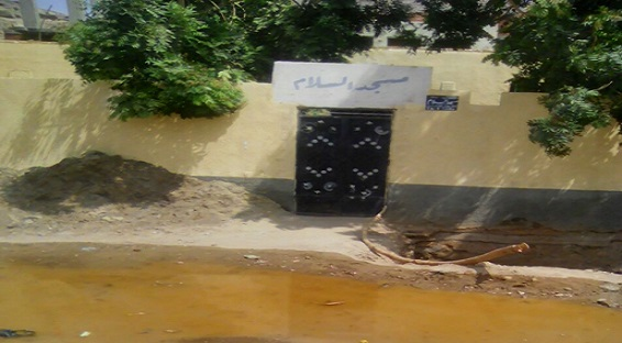 مياه الصرف تحاصر مسجدًا في «النجع الجديد» بأسوان (صور)