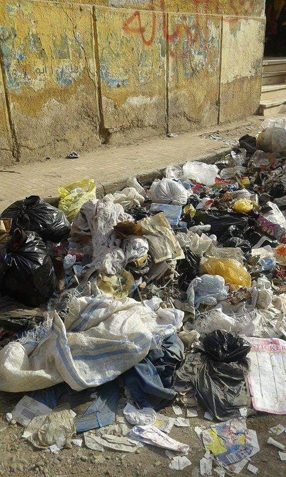 تراكم القمامة أمام مدرسة في أسوان
