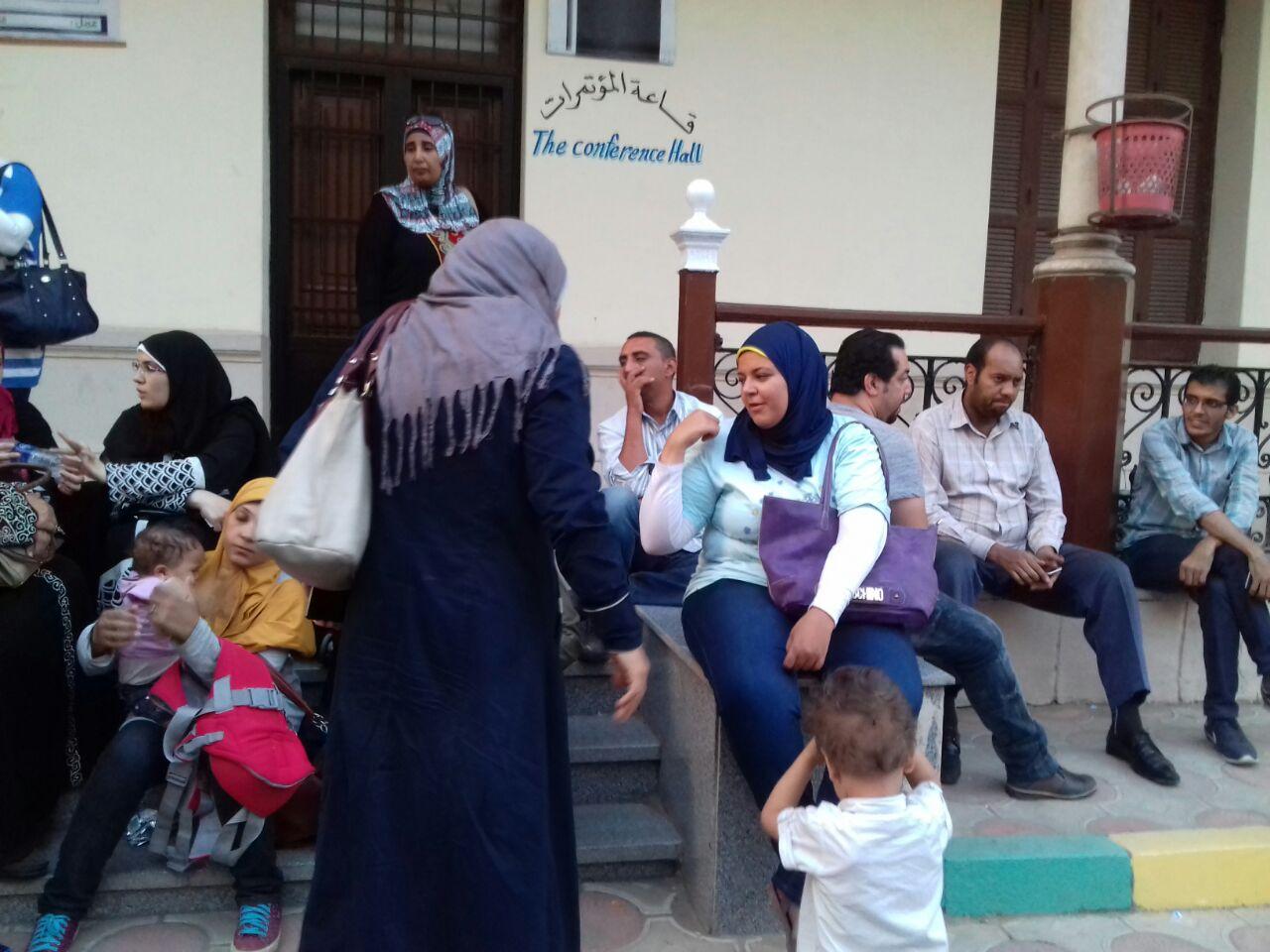 رغم قطع الكهرباء.. أولياء أمور تلاميذ «كي جي 2» يواصلون احتجاجهم في «تعليم الجيزة»