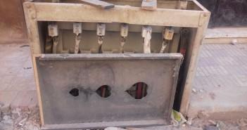 صندوق كهرباء مكشوف في أحد شوارع جسر السويس يهدد حياة المواطنين