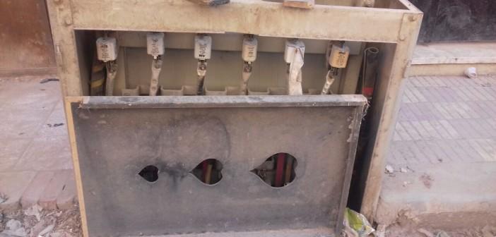 صندوق كهرباء مكشوف في أحد شوارع جسر السويس يهدد حياة المواطنين (صور)