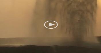 لحظة انفجار ماسورة مياه عَ الدائري قرب المطار