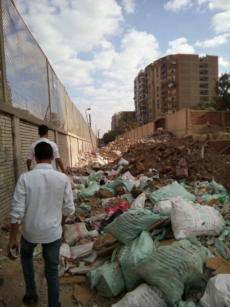 في أول يوم دارسة.. تراكمات لمخلفات البناء والقمامة على أسوار مدرسة بالمطرية