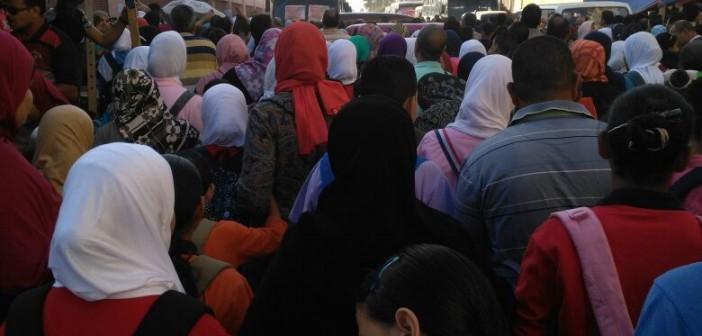 مدارس.. معركة الدخول على أبواب مجمع الرأس السوداء بالإسكندرية (صور)