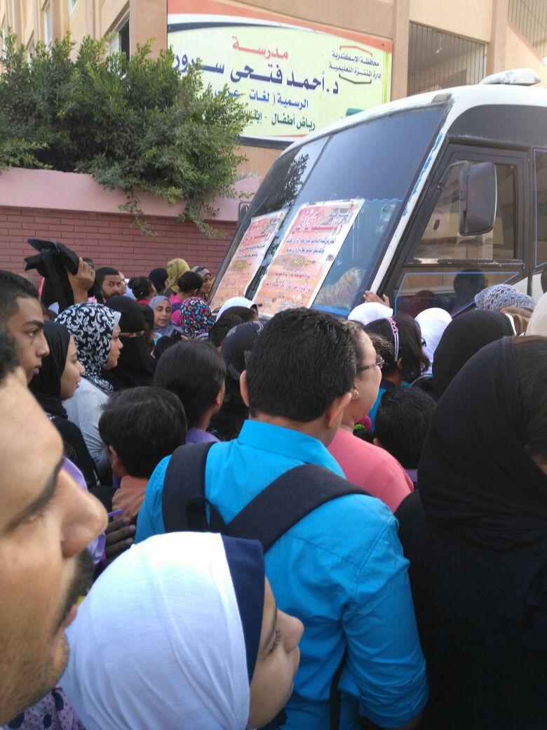 أول يوم مدرسة.. زحام على أبواب مجمع مدارس الرأس السوداء