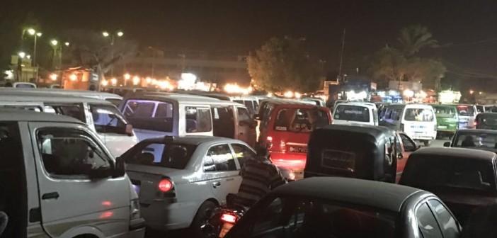 مواقف المواصلات العشوائية تعرقل حركة المرور بجسر السويس (صور)