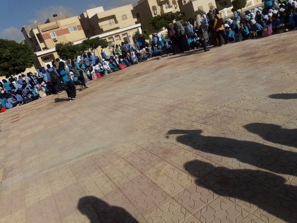 وقفة احتجاجية لمعلمي «سيزا نبراوي» بالقاهرة الجديدة بعد وقف حوافزهم