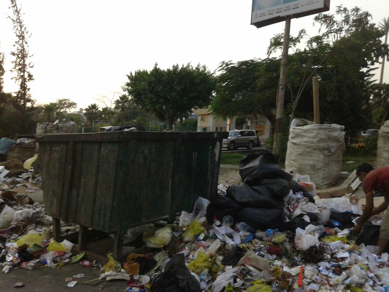 القمامة تطوق حديقة الطفل بمدينة نصر