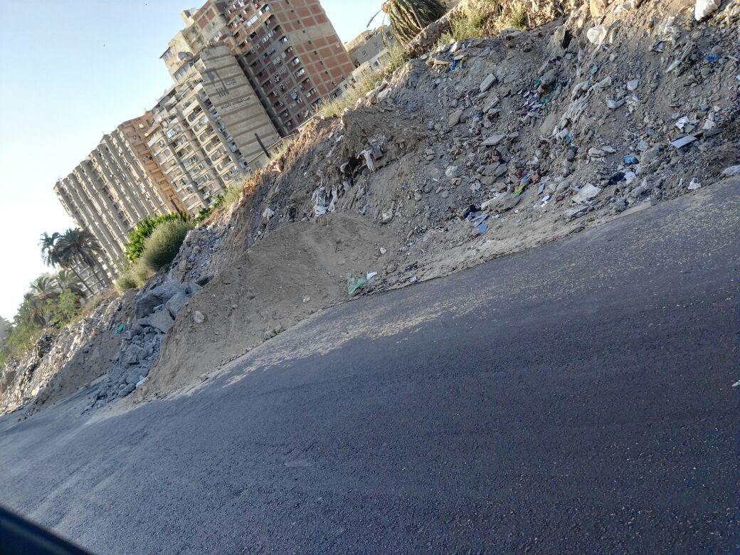 .. تجمعات ترابية تملأ شارع مدرسة الريادة بسموحة