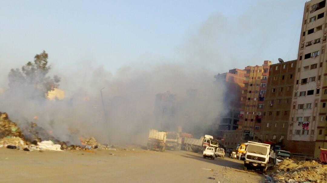 دخان حرائق القمامة يغطي عزبة الهجانة.. ومواطن: كارثة بيئية