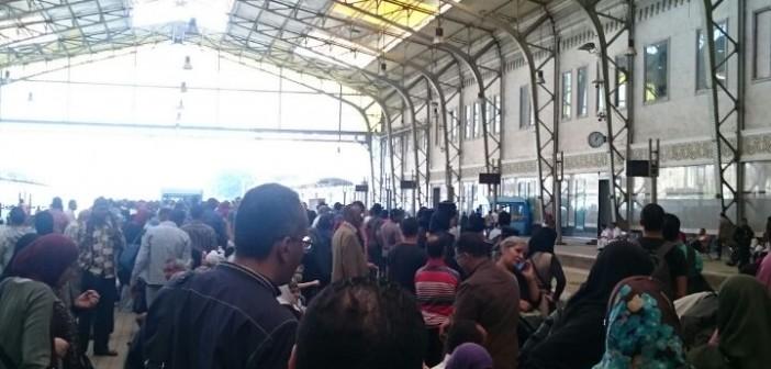 بالصور.. تكدس الركاب بمحطة مصر بعد تأخر حركة قطار الإسكندرية