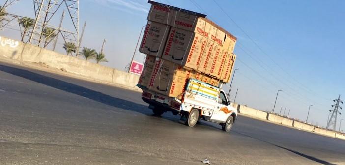 (صورة)..سيارةنصف نقلبحمولاتزائدة بطريق الفيوم