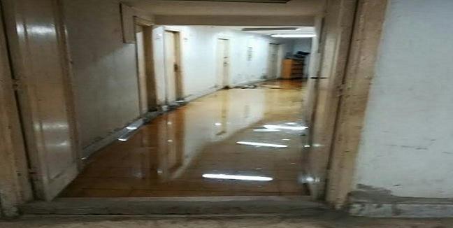 الإهمال يضرب مستشفى الطلبة في طنطا.. والمكاتب تسبح في الصرف (صور)