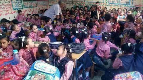 «علبة سردين».. زحام كثيف في مدرسة «نور المعارف» بالوراق