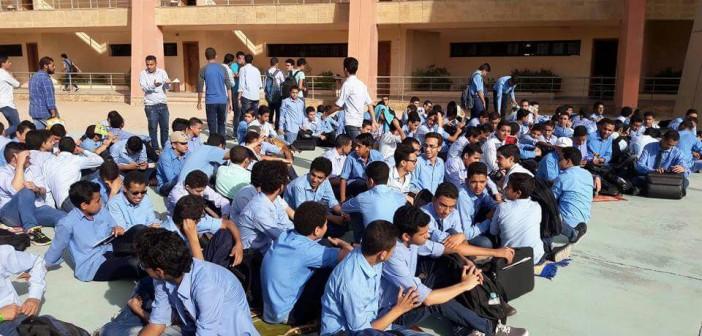 بالصور.. اعتصام طلاب مدرسة المتفوقين بـ«أكتوبر» لانقطاع المياه والكهرباء