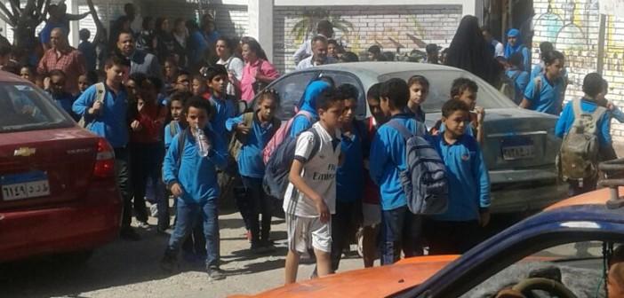 مطالب بتخفيف الزحام أمام مدرسة «الغردقة الابتدائية» لحماية الطلاب