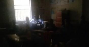 فيديو.. انقطاع الكهرباء عن مدرسة بالإسكندرية للأسبوع الثاني «لعدم شراء كارت شحن العداد»