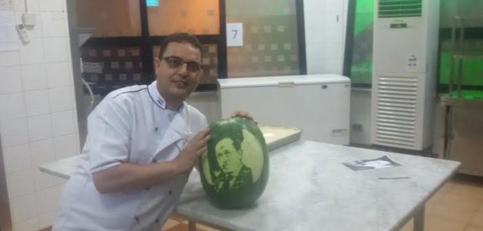 صور.. الرسم على البطيخ.. طريقة «عصام السيد» يحتفل بنصر أكتوبر