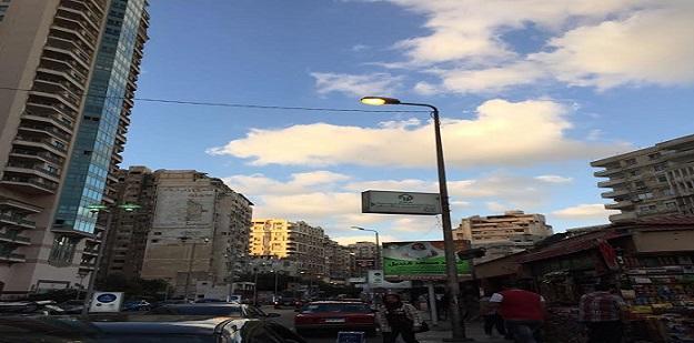 إضاءة أعمدة الإنارة نهارًا في شارع الترام بالإسكندرية (صورة)