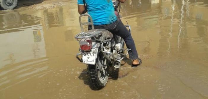 غرق شارع «كلية التربية» بأسوان بمياه الصرف الصحي..(صور)