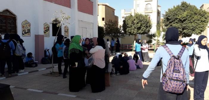 معلمو القاهرة الجديدة يضربون عن العمل لتأخر صرف حوافزهم(صور)