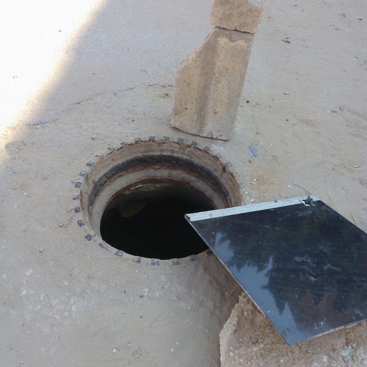 سكان في «الشروق» يشكون سرقة أغطية بالوعات الصرف الصحي (صور)