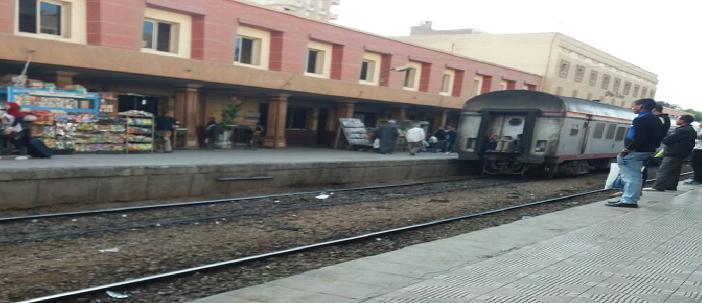 تهشم نوافذ عربة قطار مكيف تثير استياء الركاب في محطة سوهاج (صور)