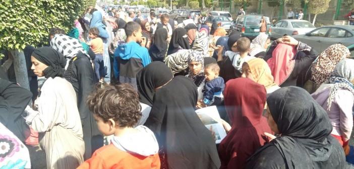 بالصور.. وقفة أمام جهاز القاهرة الجديدة لخفض مقدمات شقق «الأسمرات»
